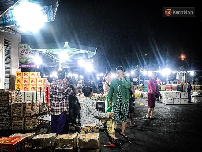 Phận đời những nữ cửu vạn bán sức trong đêm tại chợ Đông Ba: Không giành nhau từng bao hàng thì con cái chúng tôi lấy gì ăn? - ảnh 1