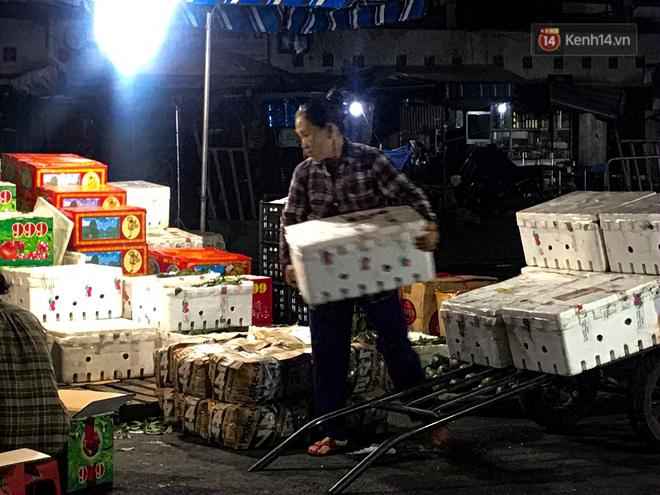 Phận đời những nữ cửu vạn bán sức trong đêm tại chợ Đông Ba: Không giành nhau từng bao hàng thì con cái chúng tôi lấy gì ăn? - ảnh 2