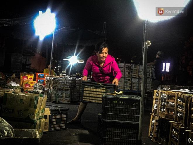 Phận đời những nữ cửu vạn bán sức trong đêm tại chợ Đông Ba: Không giành nhau từng bao hàng thì con cái chúng tôi lấy gì ăn? - ảnh 4