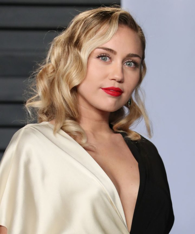 Dàn mỹ nhân 9x Hollywood dậy thì sau 1 thập kỉ: Chị em Kylie lột xác, Selena Gomez - Miley đúng là thánh hack tuổi - Ảnh 22.