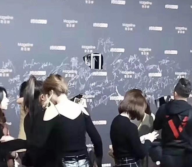 9 khoảnh khắc gây bão tại sự kiện Cosmo: Tiêu Chiến bị trộm chữ ký trắng trợn, Na Trát đứng hình vì MC - Ảnh 5.