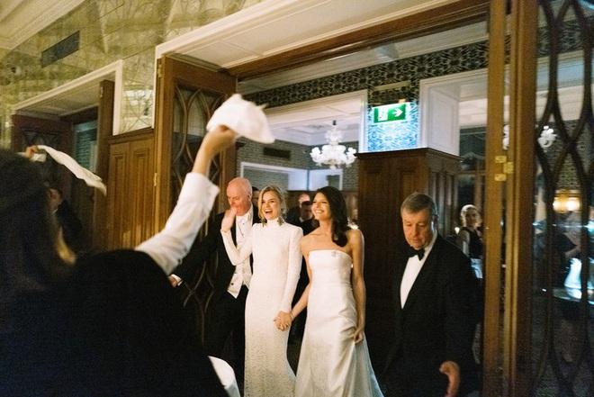 Chuyện tình bách hợp đẹp tựa cổ tích của nữ CDO Ralph Lauren: Gặp gỡ nhau qua một app hẹn hò, kết thúc bằng đám cưới trong một tòa lâu đài - ảnh 3