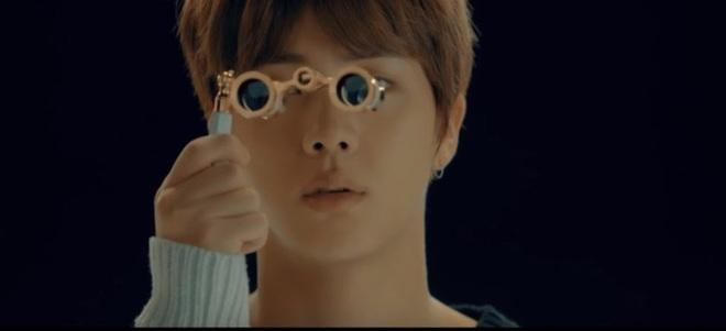 """Bạn có biết: BTS cài đến 18 ẩn ý """"rợn người"""" trên sân khấu MAMA 2019, vừa tri ân quá khứ lại """"thả thính"""" về comeback? - Ảnh 23."""
