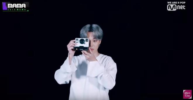 """Bạn có biết: BTS cài đến 18 ẩn ý """"rợn người"""" trên sân khấu MAMA 2019, vừa tri ân quá khứ lại """"thả thính"""" về comeback? - Ảnh 33."""