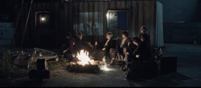 """Bạn có biết: BTS cài đến 18 ẩn ý """"rợn người"""" trên sân khấu MAMA 2019, vừa tri ân quá khứ lại """"thả thính"""" về comeback? - Ảnh 4."""