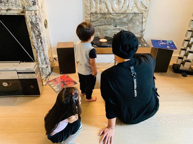 Mới 2 tuổi, quý tử nhà Châu Kiệt Luân đã gây sốt bởi vẻ ngoài cực cool ngầu, tạo dáng chuyên nghiệp không kém bố - Ảnh 8.