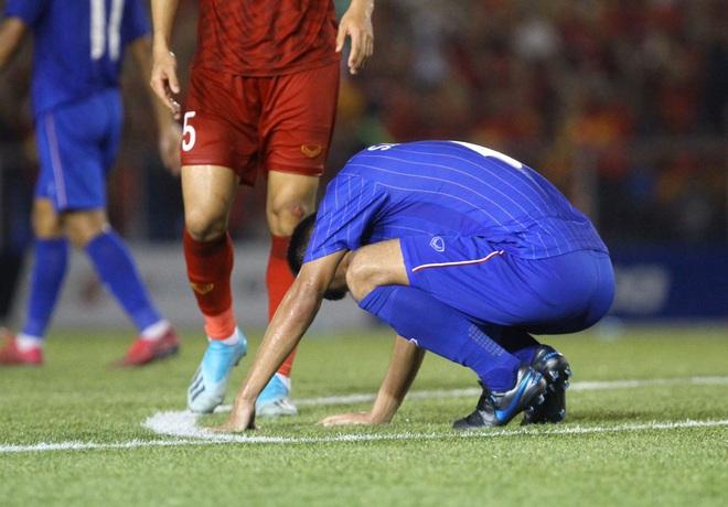 Bị Việt Nam cho về nhà sớm, cầu thủ Thái Lan suy sụp, thất thần, xấu hổ đến mức không dám nhìn các cổ động viên - ảnh 1