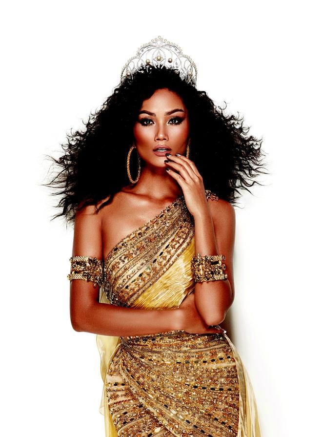 H'Hen Niê đẹp như nữ thần trong bộ ảnh khép lại nhiệm kỳ Hoa hậu Hoàn vũ: 2 năm qua đã quá xuất sắc rồi! - ảnh 1