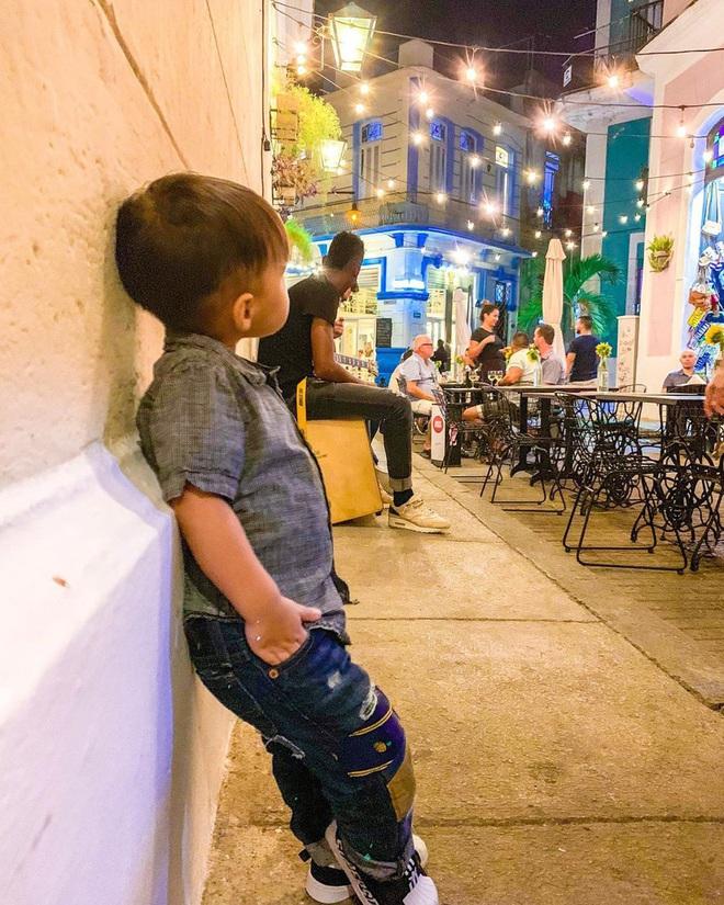 Mới 2 tuổi, quý tử nhà Châu Kiệt Luân đã gây sốt bởi vẻ ngoài cực cool ngầu, tạo dáng chuyên nghiệp không kém bố - Ảnh 2.