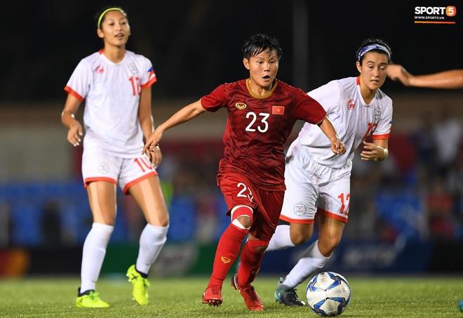 Đội trưởng tuyển nữ Việt Nam đổ gục xuống sân vì kiệt sức sau khi cùng đồng đội giành quyền vào chung kết SEA Games 30 - ảnh 10