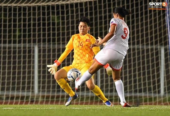 Đội trưởng tuyển nữ Việt Nam đổ gục xuống sân vì kiệt sức sau khi cùng đồng đội giành quyền vào chung kết SEA Games 30 - ảnh 14
