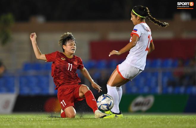 Đội trưởng tuyển nữ Việt Nam đổ gục xuống sân vì kiệt sức sau khi cùng đồng đội giành quyền vào chung kết SEA Games 30 - ảnh 1