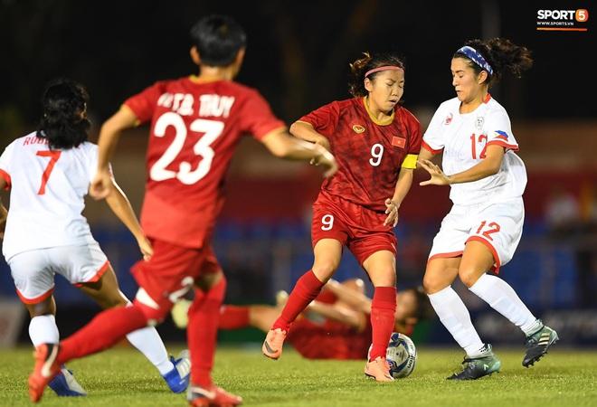 Đội trưởng tuyển nữ Việt Nam đổ gục xuống sân vì kiệt sức sau khi cùng đồng đội giành quyền vào chung kết SEA Games 30 - ảnh 3