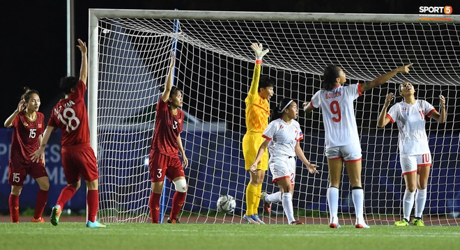Đội trưởng tuyển nữ Việt Nam đổ gục xuống sân vì kiệt sức sau khi cùng đồng đội giành quyền vào chung kết SEA Games 30 - ảnh 13
