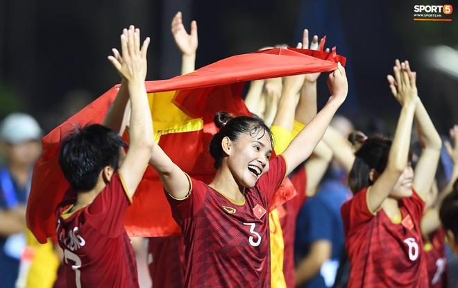 Đội trưởng tuyển nữ Việt Nam đổ gục xuống sân vì kiệt sức sau khi cùng đồng đội giành quyền vào chung kết SEA Games 30 - ảnh 19