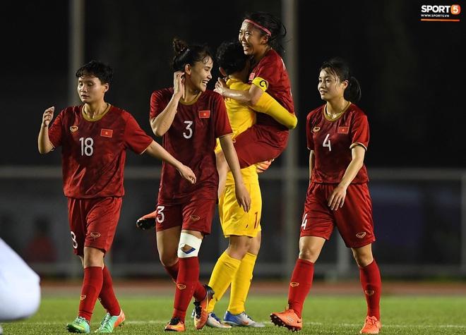 Đội trưởng tuyển nữ Việt Nam đổ gục xuống sân vì kiệt sức sau khi cùng đồng đội giành quyền vào chung kết SEA Games 30 - ảnh 6