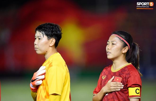 Đội trưởng tuyển nữ Việt Nam đổ gục xuống sân vì kiệt sức sau khi cùng đồng đội giành quyền vào chung kết SEA Games 30 - ảnh 2