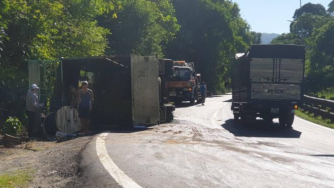 Xe tải lật nghiêng khi lên đèo Bảo Lộc, công an huyện và công an tỉnh đùn đầy trách nhiệm cho nhau - Ảnh 1.