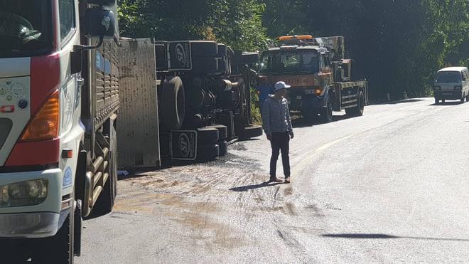 Xe tải lật nghiêng khi lên đèo Bảo Lộc, công an huyện và công an tỉnh đùn đầy trách nhiệm cho nhau - Ảnh 2.