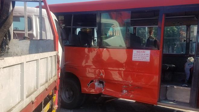 Xe tải cẩu húc xe khách, 5 người bị thương nặng nhập viện cấp cứu ở Sài Gòn - Ảnh 1.