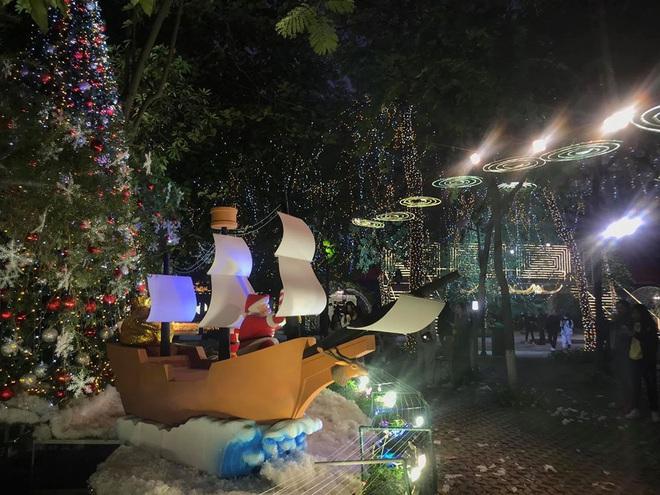 Noel ở trường Đại học Thăng Long - nơi dành cho rich kids: Có cả khu vườn địa đàng lẫn máy phun tuyết nhân tạo, lung linh không khác gì Châu Âu - ảnh 7