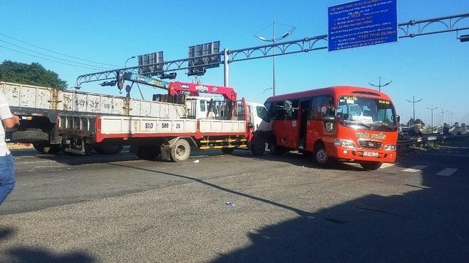 TP.HCM: Xe tải cẩu đâm xe khách đẩy đi nhiều mét, nhiều người bị thương gào khóc kêu cứu - Ảnh 1.