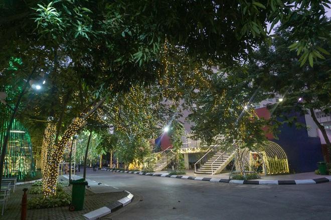 Noel ở trường Đại học Thăng Long - nơi dành cho rich kids: Có cả khu vườn địa đàng lẫn máy phun tuyết nhân tạo, lung linh không khác gì Châu Âu - ảnh 6