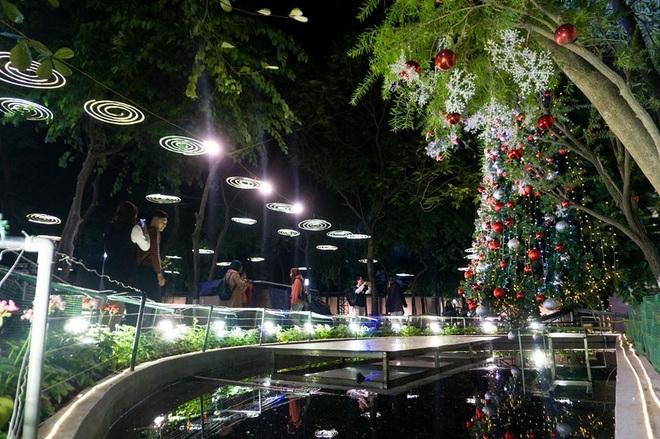 Noel ở trường Đại học Thăng Long - nơi dành cho rich kids: Có cả khu vườn địa đàng lẫn máy phun tuyết nhân tạo, lung linh không khác gì Châu Âu - ảnh 1