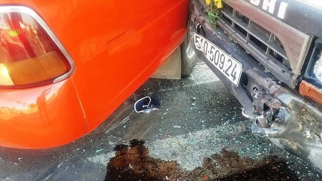 TP.HCM: Xe tải cẩu đâm xe khách đẩy đi nhiều mét, nhiều người bị thương gào khóc kêu cứu - Ảnh 4.