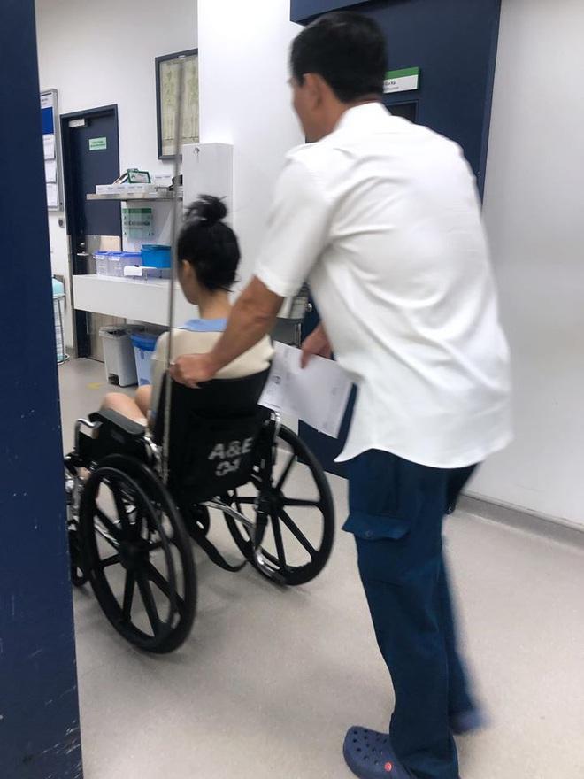 Han Sara bất ngờ nhập viện vì bị trật chân liên tục, phải dùng xe lăn để di chuyển sau khi cố nén đau đi tham dự sự kiện - ảnh 3
