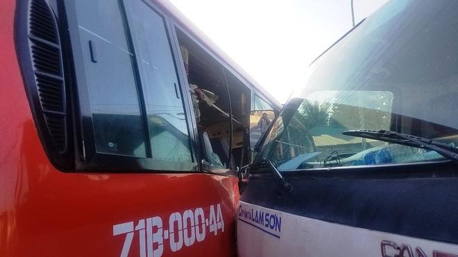 TP.HCM: Xe tải cẩu đâm xe khách đẩy đi nhiều mét, nhiều người bị thương gào khóc kêu cứu - Ảnh 3.
