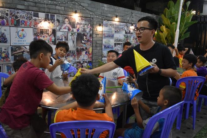 Gặp thầy giáo tiếng Anh đứng sau những bữa ăn miễn phí cho trẻ em nghèo ở Sài Gòn: Làm từ thiện cũng như làm dâu trăm họ - ảnh 3