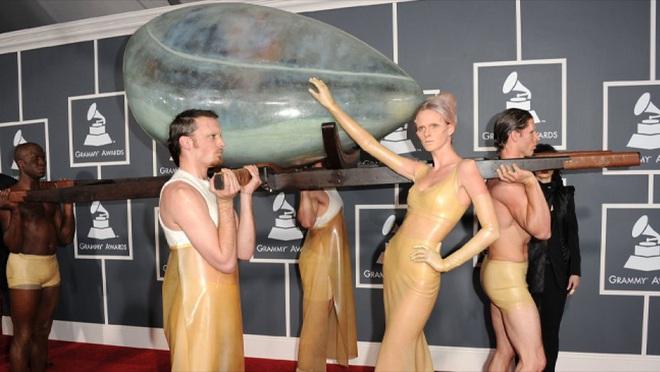 Biến căng: Billie Eilish thẳng thừng chê bai màn trình diễn huyền thoại của Lady Gaga, gọi chiếc váy thịt bò của cô là tầm thường! - Ảnh 3.