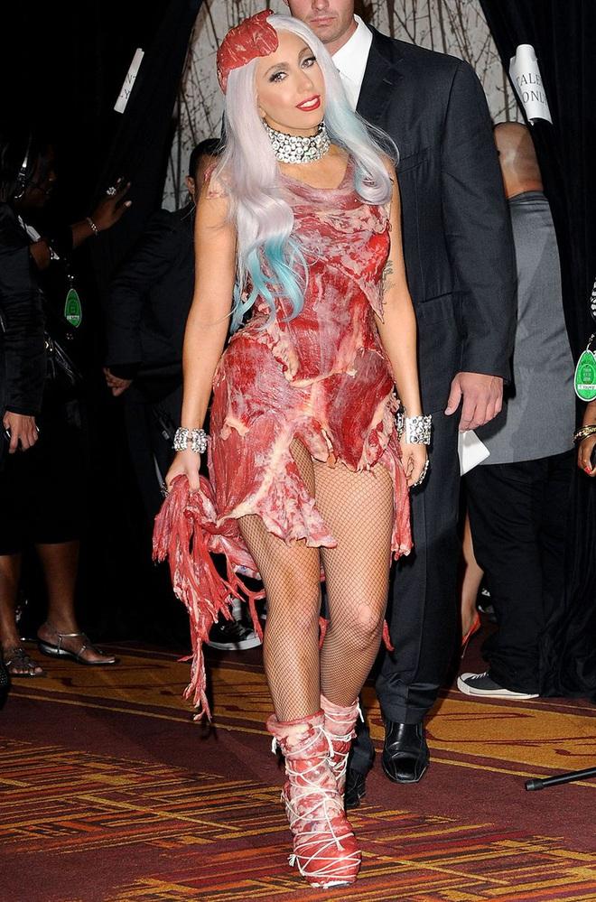 Biến căng: Billie Eilish thẳng thừng chê bai màn trình diễn huyền thoại của Lady Gaga, gọi chiếc váy thịt bò của cô là tầm thường! - Ảnh 2.