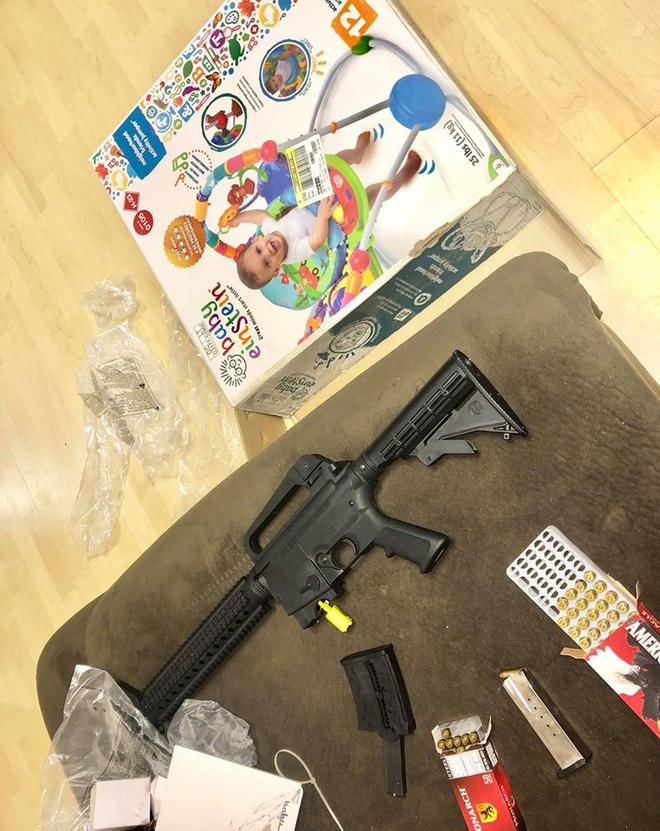 Mua xe tập đi cho con, cặp đôi hết hồn khi nhận được 1 khẩu súng trường và 2 hộp đạn - ảnh 1