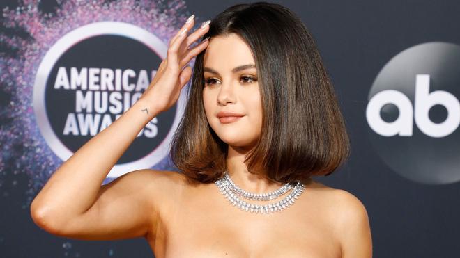 Selena Gomez có cả chục hình xăm nhỏ xíu xinh muốn xỉu, đảm bảo nàng nào sợ xăm trổ cũng muốn quất ít nhất một hình - Ảnh 10.