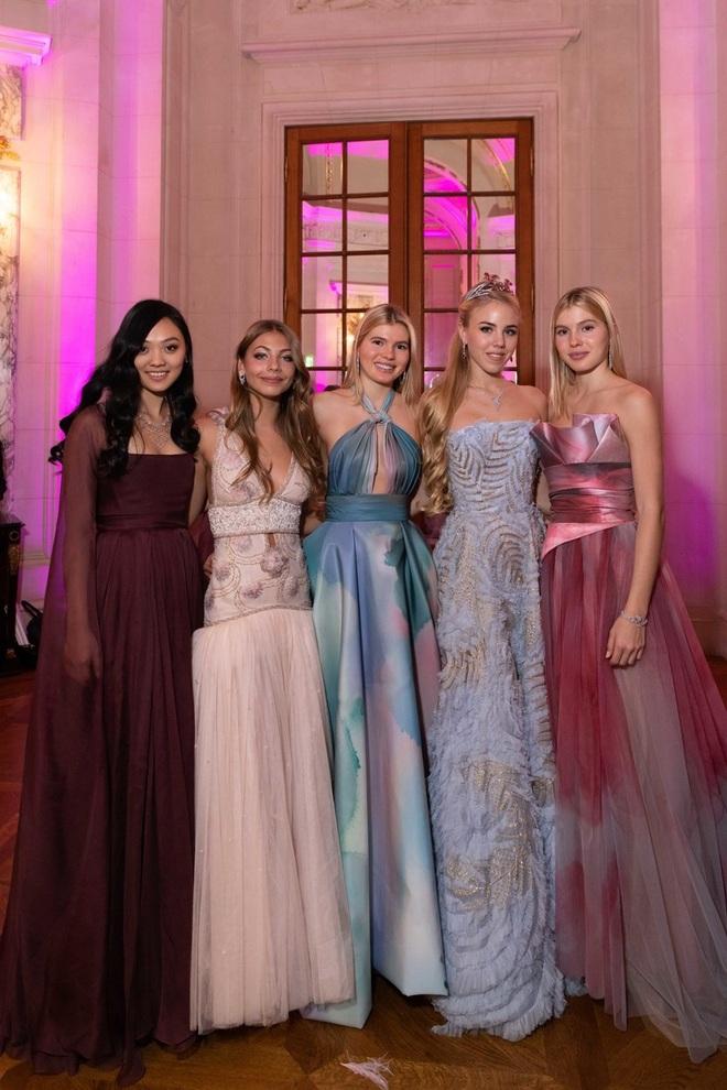 """Tiệc xa hoa của hội tiểu thư nhà siêu giàu: Tràn ngập đồ Haute Couture, """"gắt"""" không thua kém thảm đỏ siêu sao - ảnh 14"""