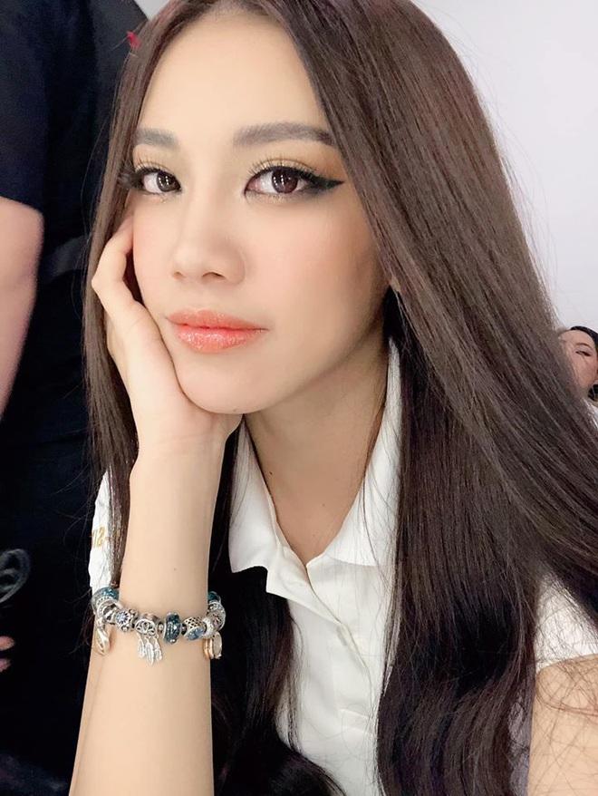 Á hậu Nguyễn Huỳnh Kim Duyên: Để mãi 1 kiểu tóc thương hiệu nhưng không hề nhàm mà còn thần thái ngút ngàn - ảnh 7