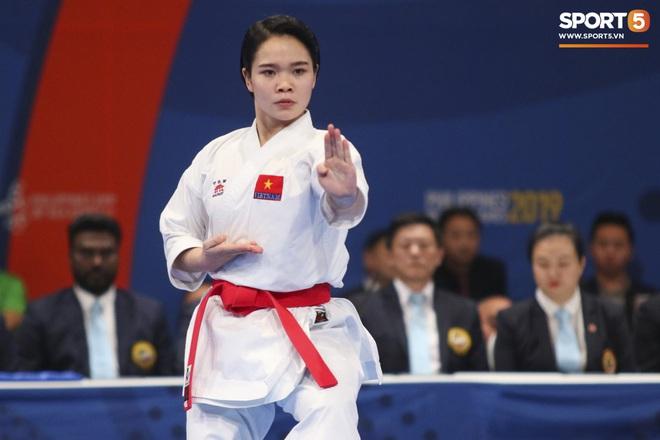 Võ sĩ Karatedo Việt Nam bật khóc trên bục nhận giải: Ấm ức không phục phán quyết cảm tính của tổ trọng tài - ảnh 1