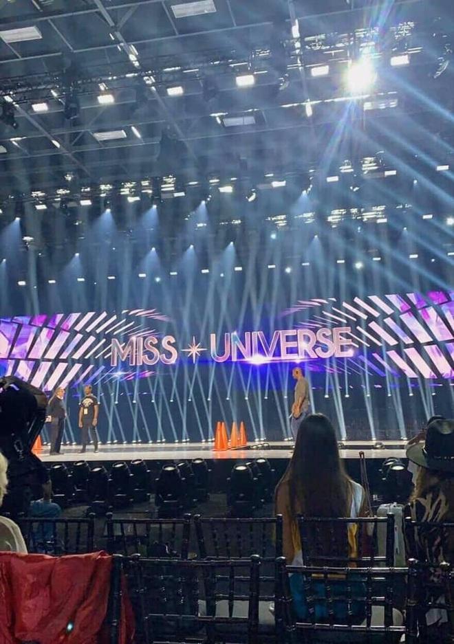 Hé lộ sân khấu bán kết Miss Universe 2019: Đường catwalk không hoành tráng như mong đợi? - ảnh 1