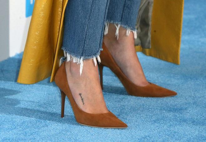 Selena Gomez có cả chục hình xăm nhỏ xíu xinh muốn xỉu, đảm bảo nàng nào sợ xăm trổ cũng muốn quất ít nhất một hình - Ảnh 8.
