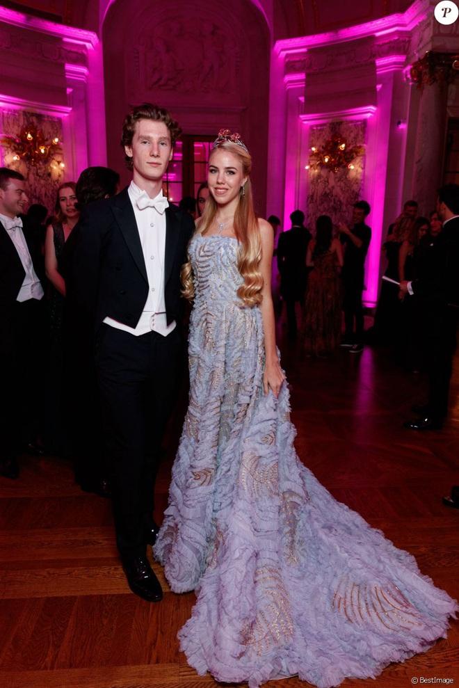 """Tiệc xa hoa của hội tiểu thư nhà siêu giàu: Tràn ngập đồ Haute Couture, """"gắt"""" không thua kém thảm đỏ siêu sao - ảnh 12"""