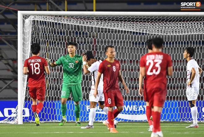 Thủ môn U22 Việt Nam bị đàn anh lườm cháy mặt vì suýt tái hiện sai lầm ở trận thắng Campuchia - Ảnh 8.