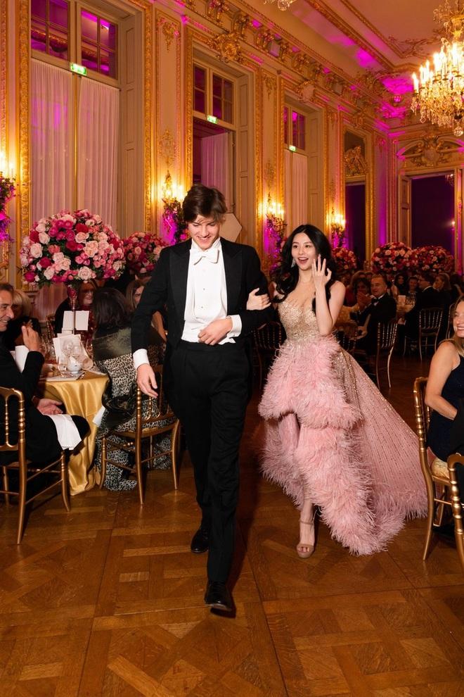 """Tiệc xa hoa của hội tiểu thư nhà siêu giàu: Tràn ngập đồ Haute Couture, """"gắt"""" không thua kém thảm đỏ siêu sao - ảnh 4"""