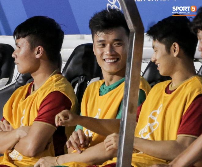 Thủ môn U22 Việt Nam bị đàn anh lườm cháy mặt vì suýt tái hiện sai lầm ở trận thắng Campuchia - Ảnh 6.