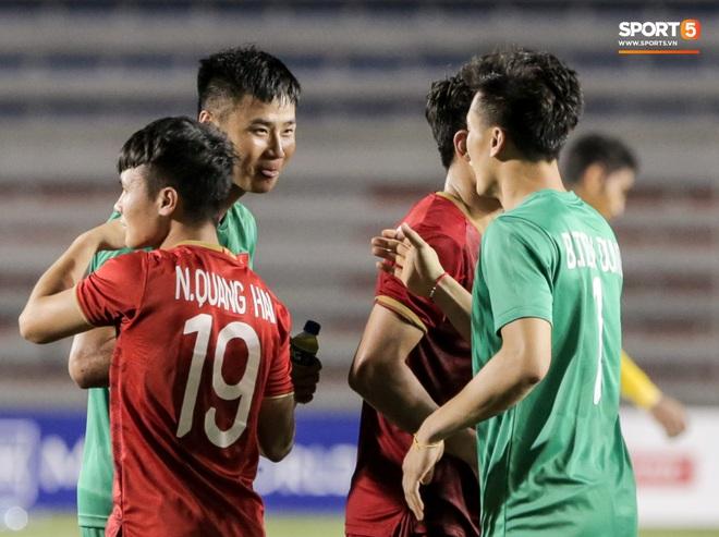 Thủ môn U22 Việt Nam bị đàn anh lườm cháy mặt vì suýt tái hiện sai lầm ở trận thắng Campuchia - Ảnh 9.
