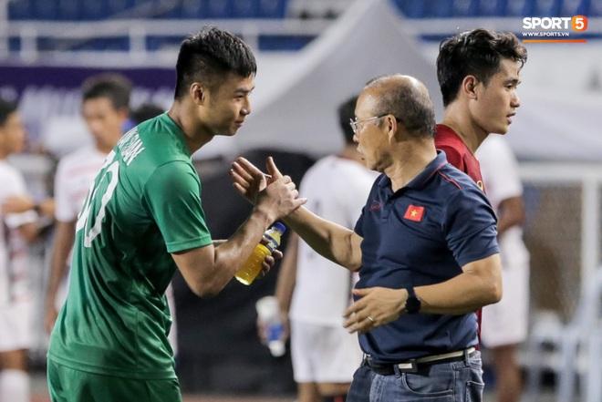Thủ môn U22 Việt Nam bị đàn anh lườm cháy mặt vì suýt tái hiện sai lầm ở trận thắng Campuchia - Ảnh 10.