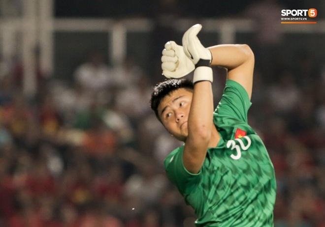 Thủ môn U22 Việt Nam bị đàn anh lườm cháy mặt vì suýt tái hiện sai lầm ở trận thắng Campuchia - Ảnh 2.