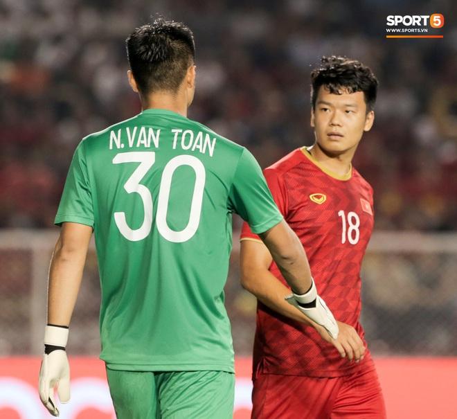 Thủ môn U22 Việt Nam bị đàn anh lườm cháy mặt vì suýt tái hiện sai lầm ở trận thắng Campuchia - Ảnh 3.