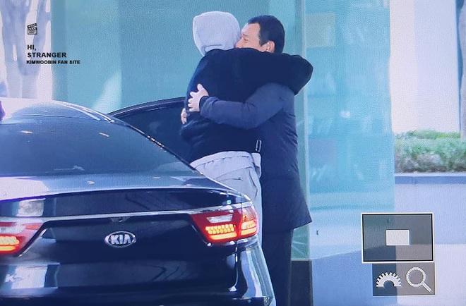 Hình ảnh xúc động nhất hôm nay: Kim Woo Bin tổ chức fanmeeting sau 2 năm trị ung thư, ôm chầm lấy vệ sĩ đang mếu máo - Ảnh 3.